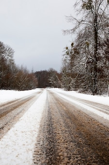 冬の雪に覆われた道路、クローズアップ