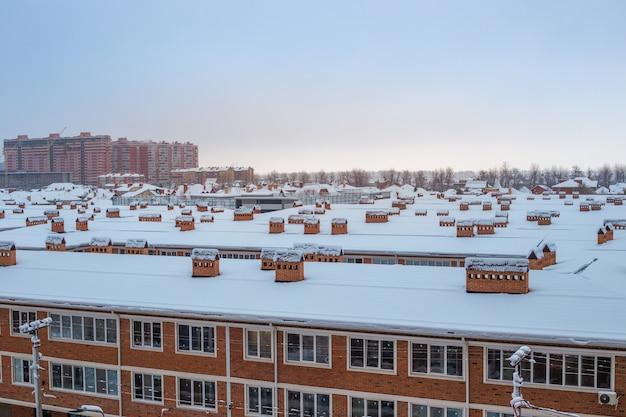 겨울에는 눈 덮인 집 지붕. 도시 파노라마, 평면도.