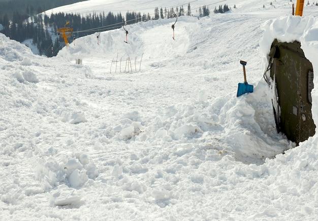 눈 덮인 스키 호이스트 로프웨이