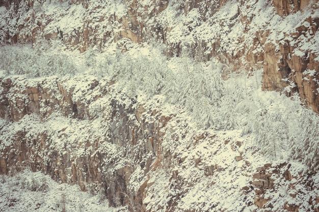 화강암 채석장의 눈 덮인 슬로프
