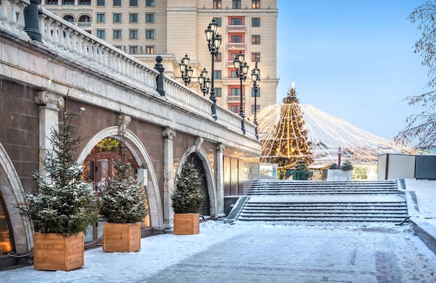 Snow-covered staircase and new year tree on manezhnaya square in moscow near the cafe in okhotny ryad