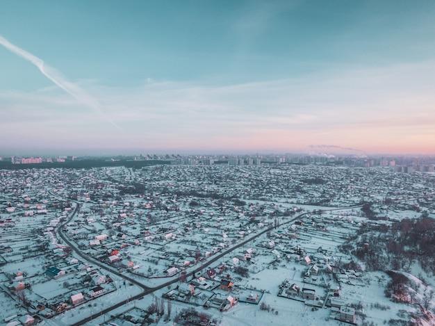 겨울에 눈 덮인 마을