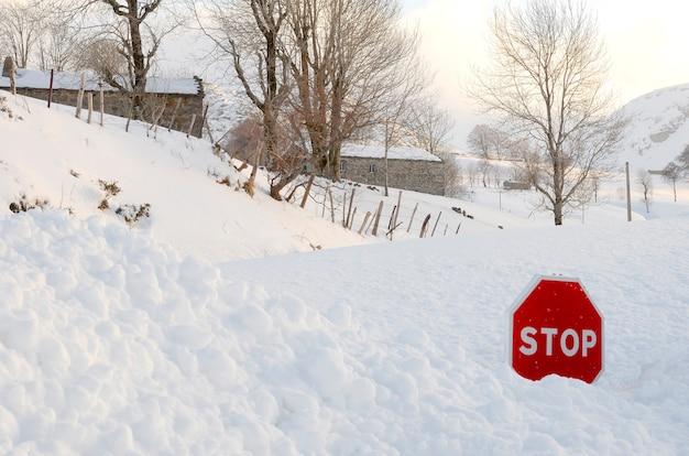 ヴァッレデルパスの牧草地と羊飼いの小屋は雪で覆われています。道路も雪で覆われています。