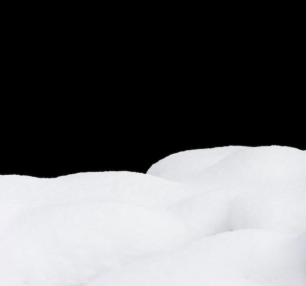 눈 드리프트에 고립 된 검정색 배경