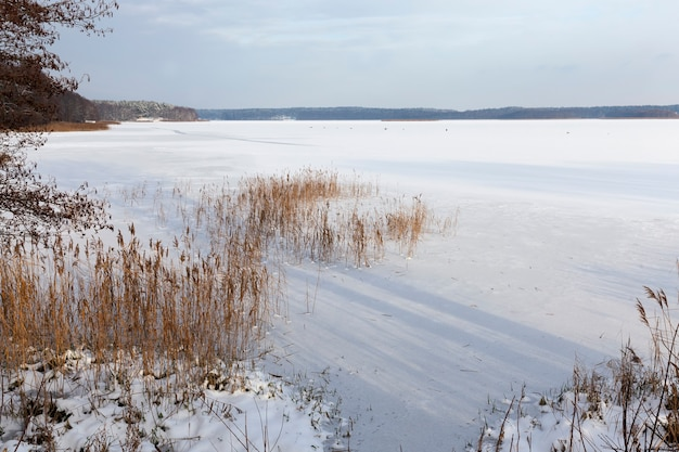 雪が湖に漂う