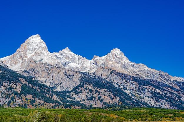 雪がテトン山脈の山頂をほこり