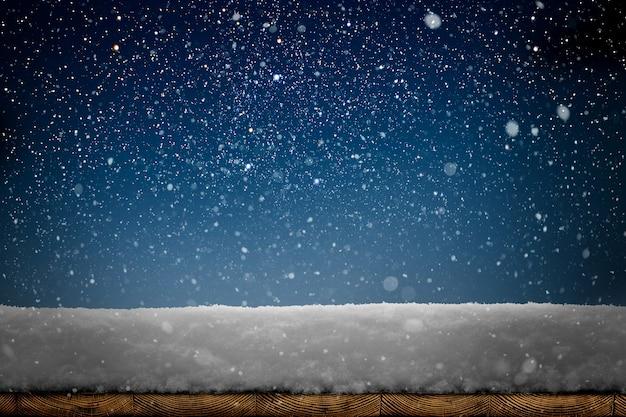 木製のテーブルに降る雪