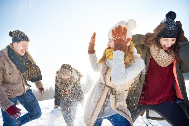 2組のカップル間の雪合戦