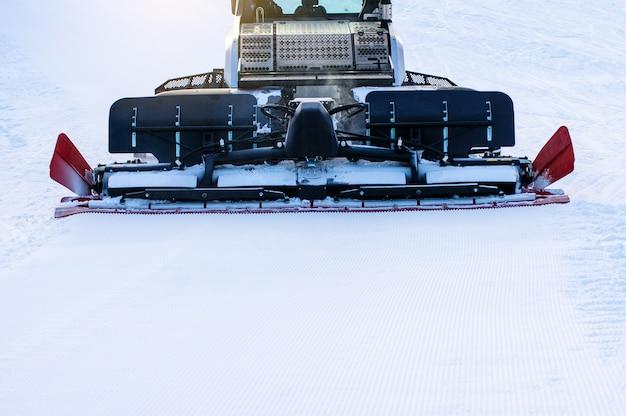 Snow groomer while he beats the ski track