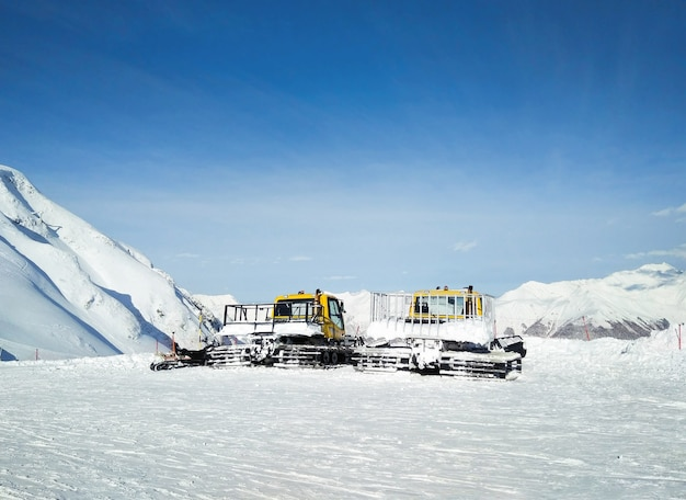 겨울 휴양지에서 스키 슬로프 준비를위한 스노우 그 루머 또는 라트 락