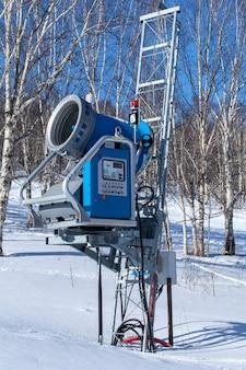 カムチャッカの冬のスキーリゾートでのスノーガン