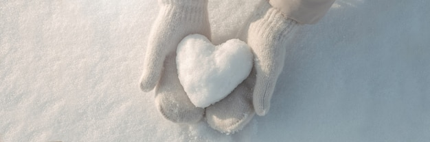 Снежное сердце в руках