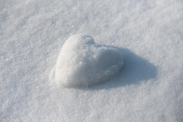Снежное сердце на зимнем снежном пространстве