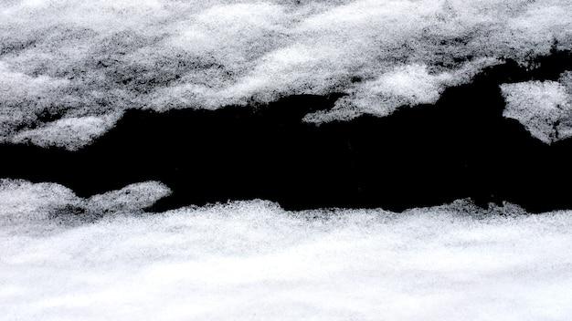 黒の背景に分離された雪。デザインのための冬の要素