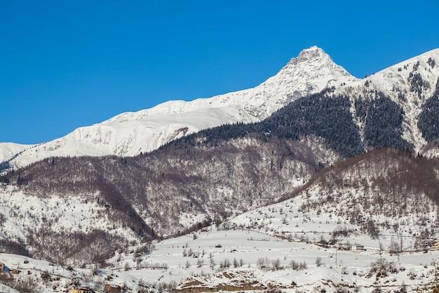 ジョージア州スヴァネティのシュダブレリ山の雪のマントル。