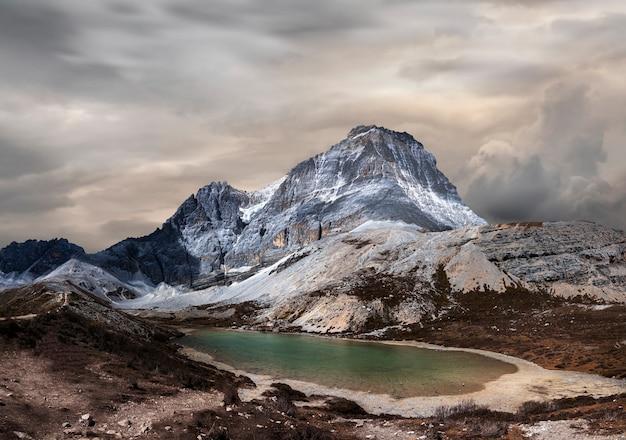 Снежная гора и пятицветное озеро (wuse hai) в национальном заповеднике ядин, округ даочэн, провинция сычуань, китай.