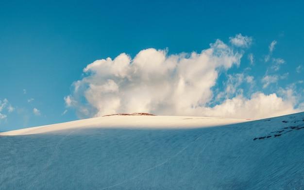Снежный горный купол. большая снежная гора. вершина горы купол трех озер. горный алтай. панорамный вид.