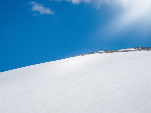 Снежный купол горы большая снежная гора вершина горы купол трех озер