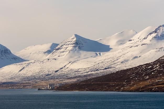 아이슬란드에서 일몰시 눈 산 풍경 배경