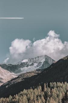 青い空の下の雪山