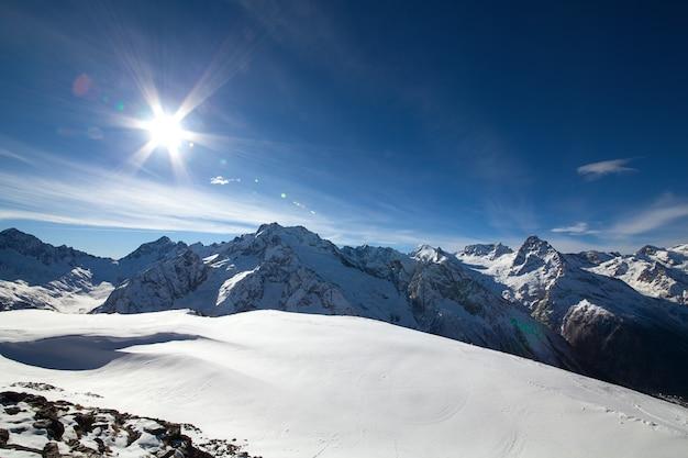 푸른 하늘 아래 눈 산