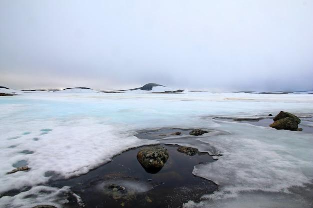 ノルウェーの山の氷河の雪