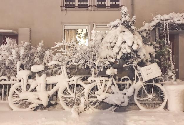 Снег на велосипедах перед домом