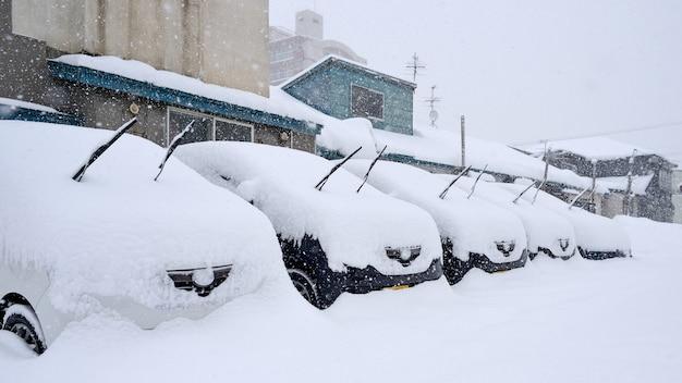 車に雪が降る
