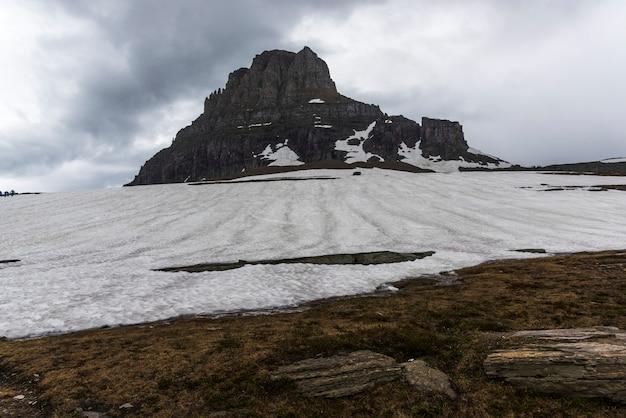 背景に山がある風景、氷河郡の氷河国立公園logan pass