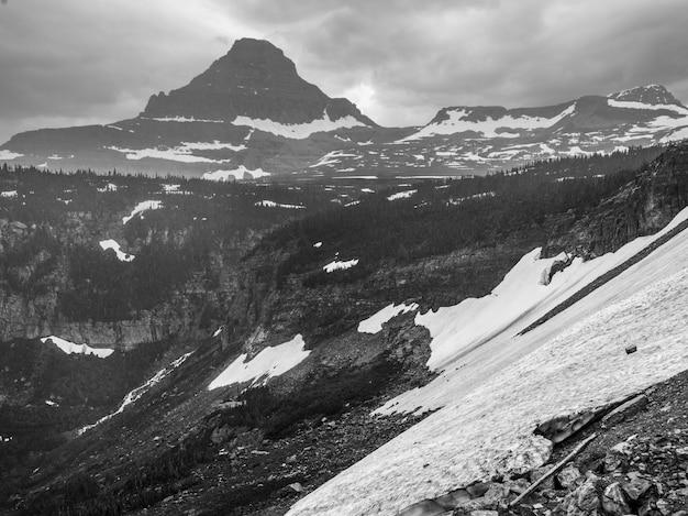 山の上の雪、going-to-the-sun道路、glacier郡、montana、米国の氷河国立公園