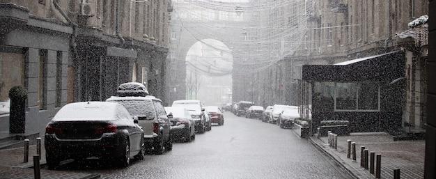 Снег на улицах города