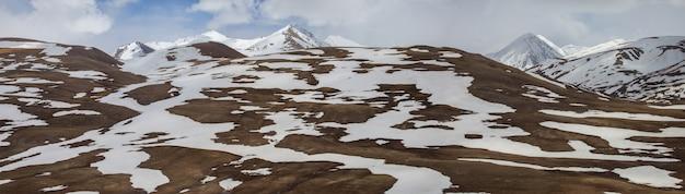 タジキスタンのパミール山脈の峠に雪が降る