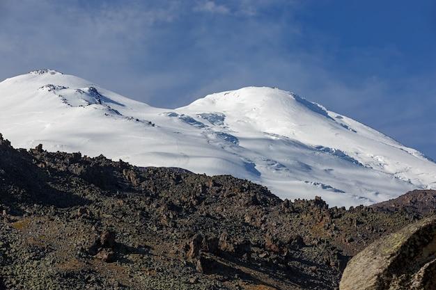 晴れた日にはエルブルス山の上に雪が降ります。北コーカサス。