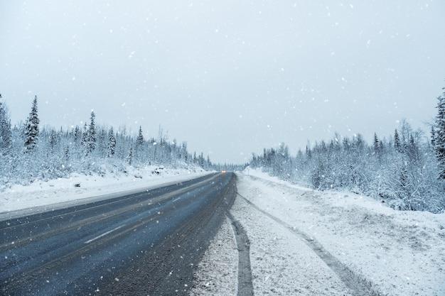 Снежный перевал. зимняя арктическая дорога через холмы. россия.