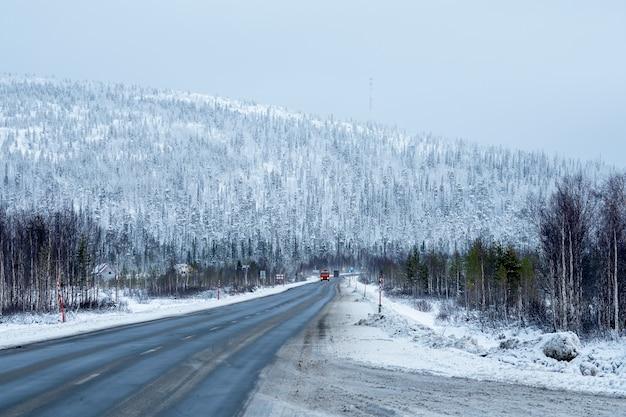 スノーパス。丘を通る冬の北極圏の道路。