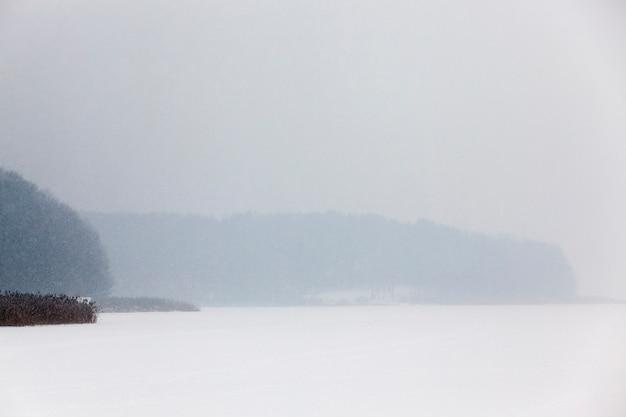 눈이 내린 후 나타난 겨울철에 촬영 된 눈. 확대,