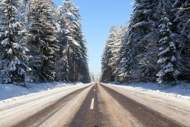 降雪後に現れた冬の雪を撮影。閉じる、