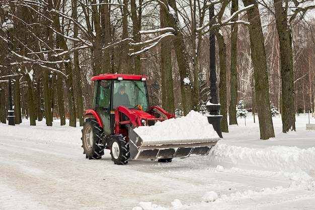 Уборка снега зимой в парке механическими средствами