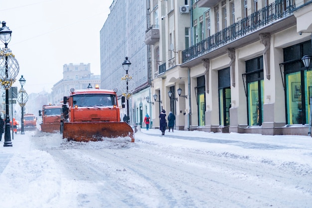 Снегоуборочная машина с бригадой на улицах b