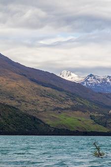 Снежные камни и вода пейзажи озера ванака южный остров новая зеландия