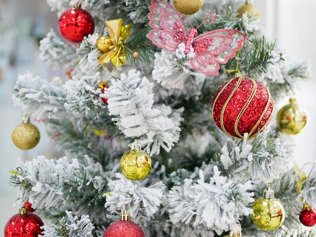 カラフルなボールと雪の木。高品質の写真