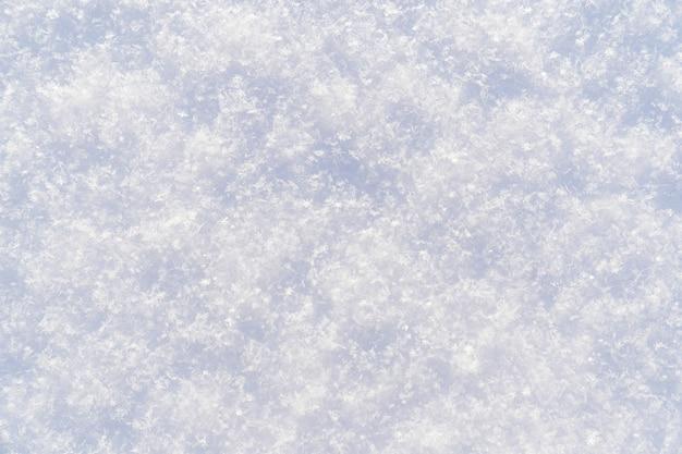 雪。白い雪の背景とテクスチャ。冬のテーマ。凍るような日です。碑文の場所。
