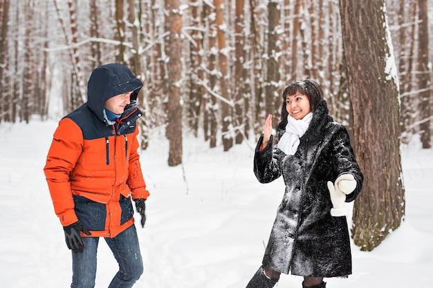 눈싸움. 겨울 커플 재미 야외에서 눈에서 연주.