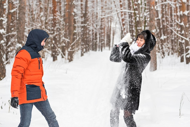 雪合戦。屋外で雪の中で遊ぶのを楽しんでいる冬のカップル。