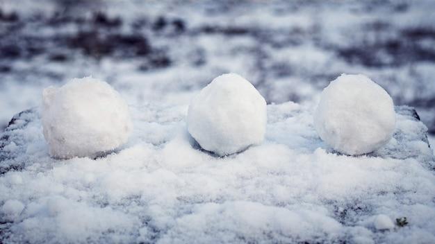 눈 덮인 테이블 위의 눈덩이, 겨울의 즐거움