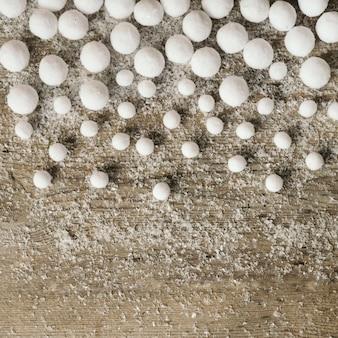 Palle di neve su sfondo di legno per natale