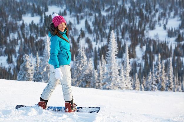 山のスノーボードの女の子