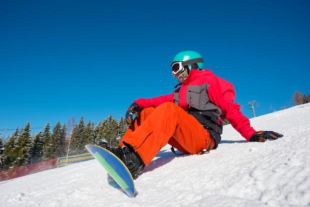 冬のスキーリゾートでスノーボーダー