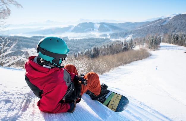 山の頂上でスノーボーダー
