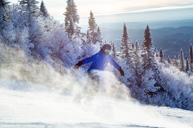 カナダのケベック州モントランブラン山でカナダの斜面を楽しむスノーボーダー